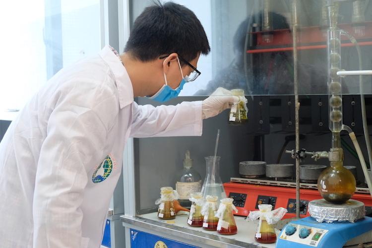 Nhân viên Viện Hoá học và Môi trường Quân sự làm việc cường độ cao để nhanh chóng có kết quả, để đưa ra phương án tiêu độc khu vực cháy nhà máy Rạng Đông.