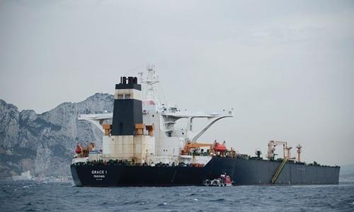 Siêu tàu dầu Iran neo đậu ngoài khơi lãnh thổ Gibraltar của Anh hôm 18/8. Ảnh: Reuters.