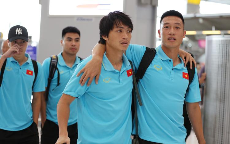 Cầu thủ Việt Nam vui vẻ tại sân bay Suvarnabh, đội sẽ hội quân trở lại vào đầu tháng 10. Ảnh: Đức Đồng