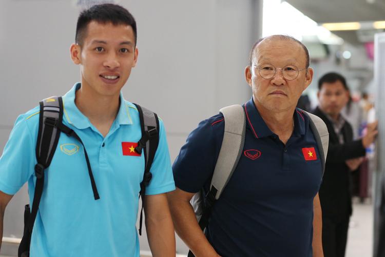 HLV Park Hang-seo tại sân bay Suvarnabh sáng 6/9. Ảnh: Đức Đồng