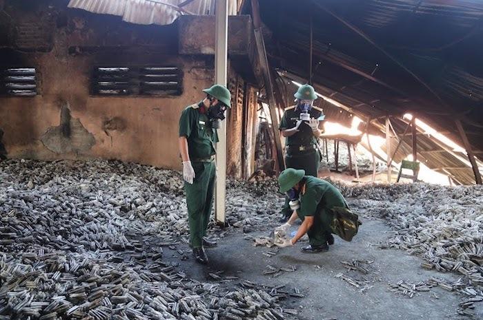Các cán bộ của Viện Hóa học môi trường quân sự (Binh chủng Hoá học) lấy mẫu tại khu vực cháy kho Nhà máy Rạng Đông về phân tích chỉ số ô nhiễm.
