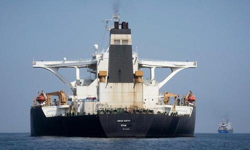 Siêu tàu dầu Iran thả neo ngoài khơi vùng lãnh thổ Gibraltar của Anh hôm 18/8. Ảnh: Reuters.