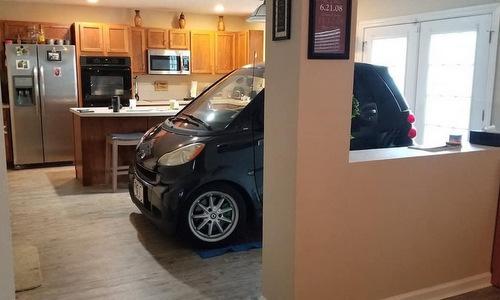 Chiếc xe được Beltran lái vào trong nhà hôm 4/9. Ảnh: Juan Beltran.