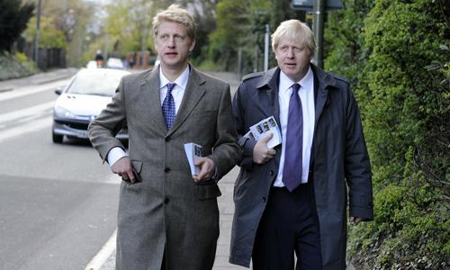 Thủ tướng Anh Boris Johnson (phải) và em trai Jo Johnson. Ảnh: Financial Times.