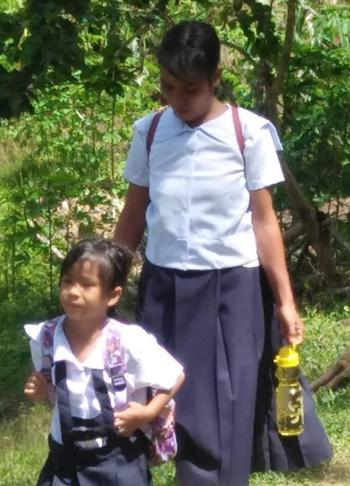 Nanay và con gái Norelyn mặc đồng phục đến trường. Ảnh: Darwin Pilar.