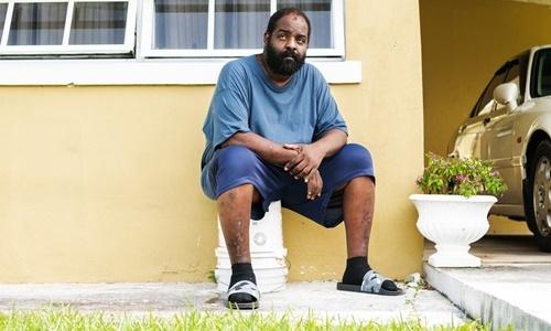 Brent Lowe ngồi trước ngôi nhà của người họ hàng tại Nassau hôm 5/9. Ảnh: NYTimes.