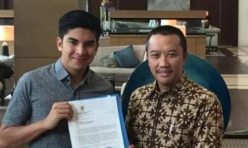 Bộ trưởng Thể thao Malaysia Syed Saddiq (trái) nhận thư xin lỗi từ người đồng cấp Indonesia Imam Nahrawi (phải) hôm 6/9. Ảnh: Bernama.