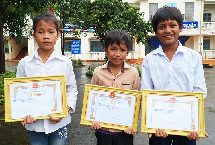 Ba học sinh tiểu học cứu bé gái đuối nước