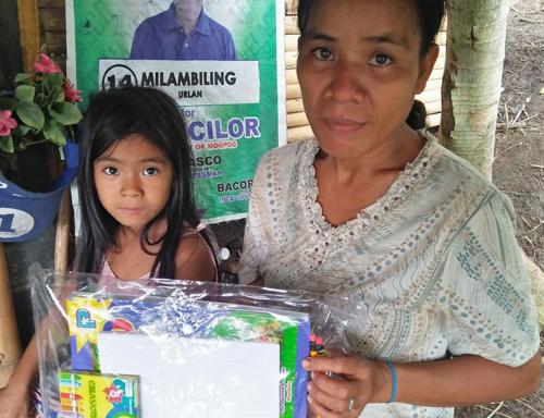 Các nhà hảo tâm đã quyên tặng tiền, đồ dùng học tập và thực phẩm cho gia đình Nanay. Ảnh: Darwin Pilar.