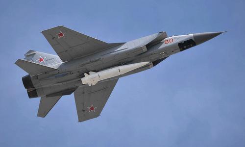 Tiêm kích MiG-31 mang tên lửa siêu vượt âm Kinzhal hồi năm 2018. Ảnh: Điện Kremlin.