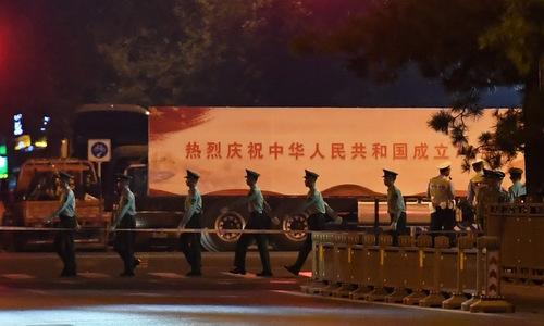 Cảnh sát phong tỏa đại lộ Trường An đêm 7/9. Ảnh: AFP.