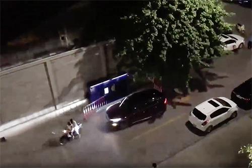 Chiếc ôtô lao vào hai vợ chồng. Ảnh cắt clip.