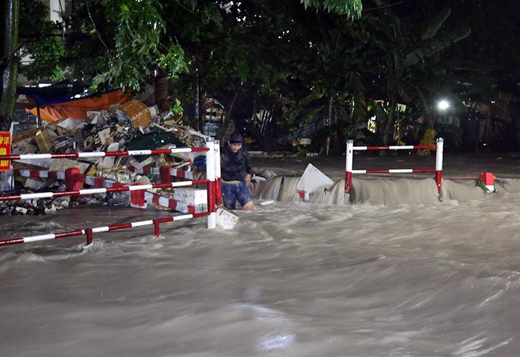 Cầu dân sinh thành nơi chứa rác khổng lồ khi mưa lớn. Ảnh: Phước Tuấn