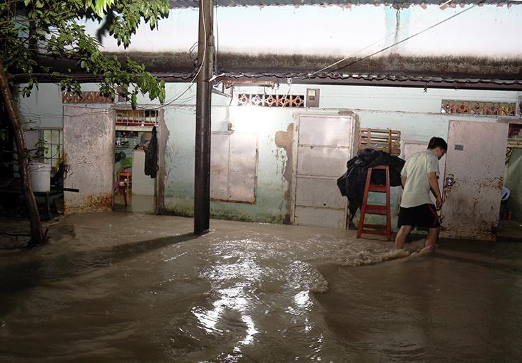 Nhiều nhà dân gần suối Bà Lúa ngập nặng. Ảnh: Phước Tuấn