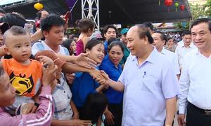 Thủ tướng Nguyễn Xuân Phúc tặng quà trung thu cho trẻ