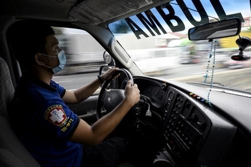 Tài xế Joseph Laylo lái xe dọc cao tốc South Luzon gần Manila hôm 18/7. Ảnh: AFP.