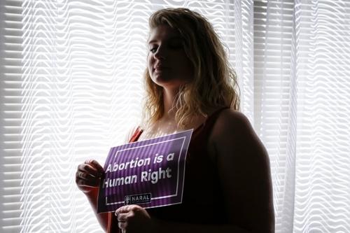 Beth Vial cầm tấm biển đề chữ phá thai là nhân quyền tại nhà riêng ở Portland, bang Oregon, hôm 5/8. Ảnh: AP.