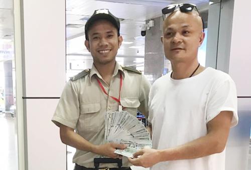 Nhân viên an ninh sân bay trả lại 10.000 USD khách nước ngoài để quên. Ảnh: Nguyễn Hưng