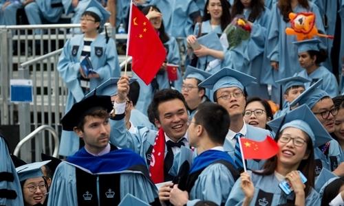 Một số sinh viên vẫy cờ Trung Quốc tại Đại học Columbia ở New York năm 2018. Ảnh: Xinhua.