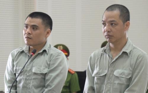 Chittakone Luangaphay (bên trái) và Dũng tại tòa. Ảnh: Duy Thái