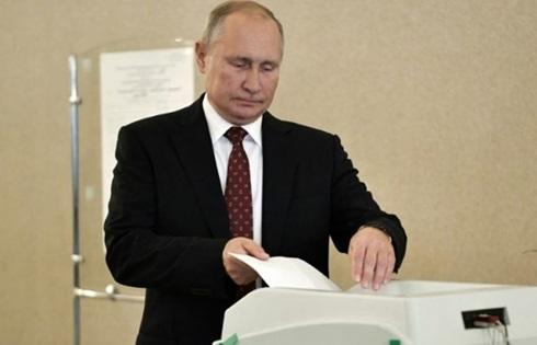 Tổng thống Nga Vladimir Putin đi bỏ phiếu ở Moskva hôm 8/9. Ảnh: Reuters.