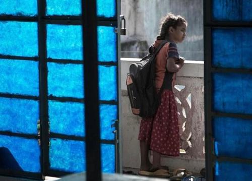 Trẻ em Ấn Độ luôn phải mang cặp sách rất nặng. Ảnh: Indiatoday