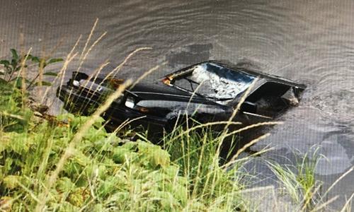 Chiếc xe hơi được kéo lên từ hồ Griffin sau phát hiện củaMax Werenka hồi tháng 8. Ảnh: RCMP