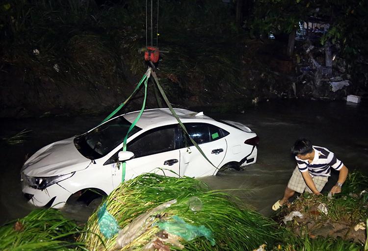 Chiếc xe bị nước lũ cuốn trôi gần 200m, nằm dưới lòng suối Săn máu. Ảnh: Phước Tuấn