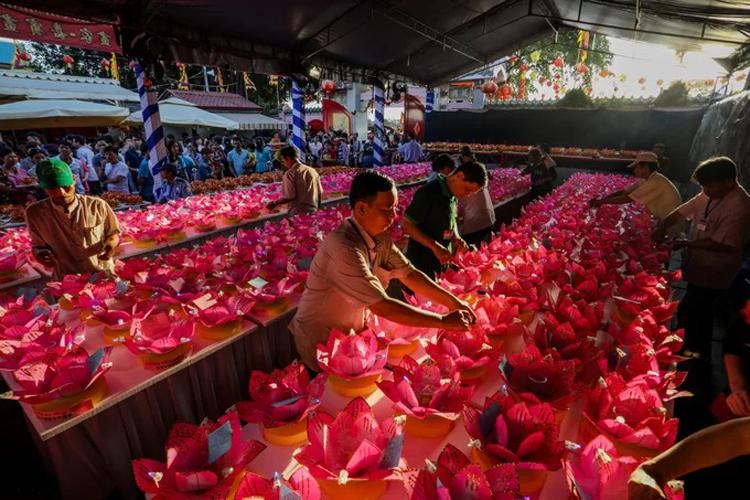 Người dân chuẩn bị thả hoa đăng ở lễ hội chùa Ông, Đồng Nai tháng 2/2019. Ảnh: Thành Nguyễn.