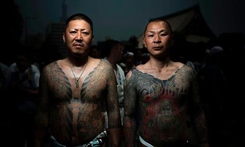 Hai người tham gia lễ hộiSanja Matsuri ởTokyo năm 2017khoe hình xăm liên quan tới yakuza. Ảnh: AFP.