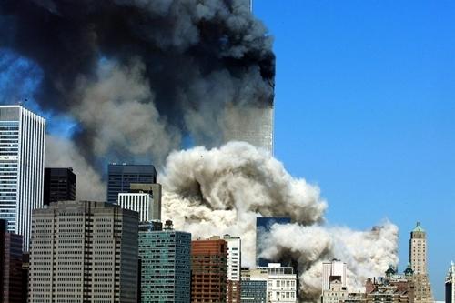 Khói bốc lên sau khi tòa tháp đầu tiên của Trung tâm Thương mại Thế giới sập xuống ở New York hôm 11/9/2001. Ảnh: AFP.