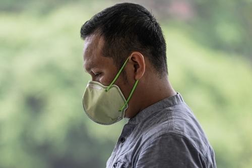 Một người đàn ông đeo mặt nạ ở Kuala Lumpur hôm 10/9 vì khói bụi từ cháy rừng Indonesia ảnh hưởng tới nhiều vùng tại Malaysia. Ảnh: AFP.
