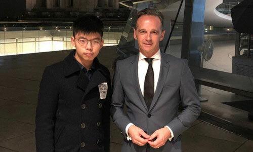 Thủ lĩnh ô dù Joshua Wong (trái) và Ngoại trưởng Đức Heiko Maas dự tiệc tại tòa nhà Reichstag ở Berlin, Đức, hôm 9/9. Ảnh: Facebook Joshua Wong.