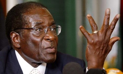 Robert Mugabe phát biểu trong cuộc họp báo ở thủ đô Harare, Zimbabwe, năm 2017. Ảnh: Reuters.