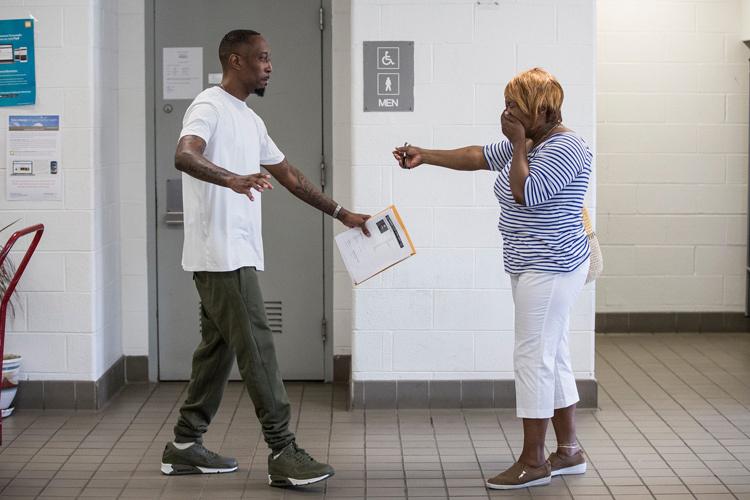 James gặp mẹ sau khi được trả tự do. Ảnh: Junfu Han, Detroit Free Press.