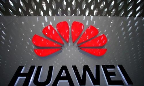 Logo của Huawei tại sân bay Thâm Quyến hồi tháng 7. Ảnh: Reuters.