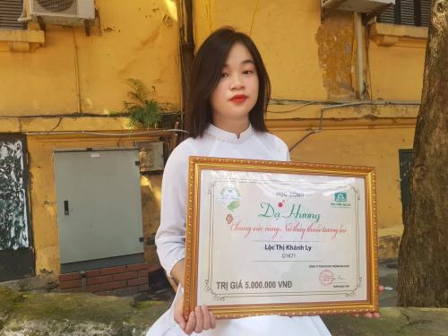 Sinh viên Khánh Ly chia sẻ nhiều dự định sau khi nhận học bổng Dạ Hương trong ngày khai giảng năm học mới.