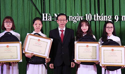 Hiệu trưởng Đại học Sư phạm Hà Nội trao giấy khen cho các thủ khoa K69. Ảnh: Dương Tâm