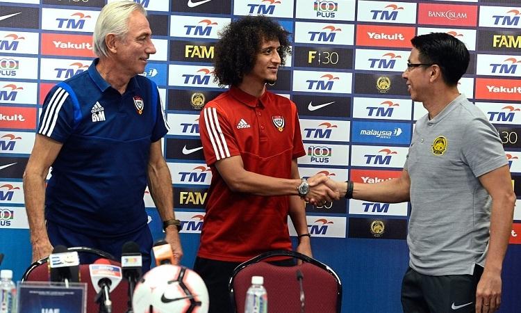 Tiền vệ Omar và HLVVan Marwijk bắt tay HLV Tan Cheng Hoe trong buổi họp báo trước trận đấu. Ảnh: The Star.