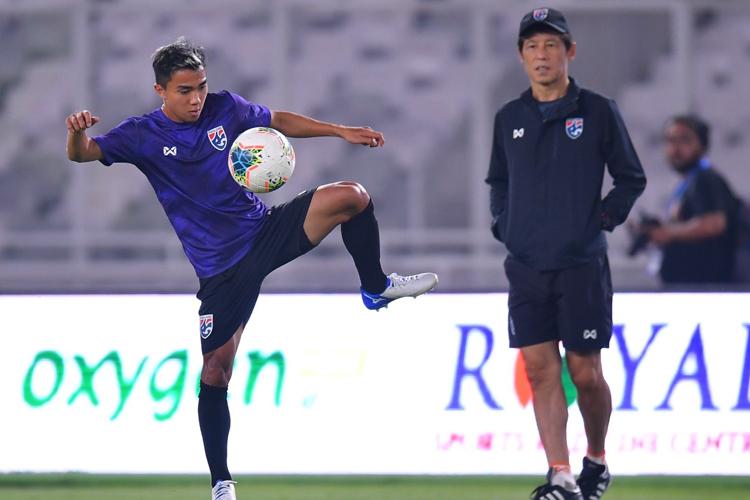 HLV Akira Nishino và cầu thủ được kỳ vọng nhất ở tuyển Thái Lan Chanathip Songkrasin.