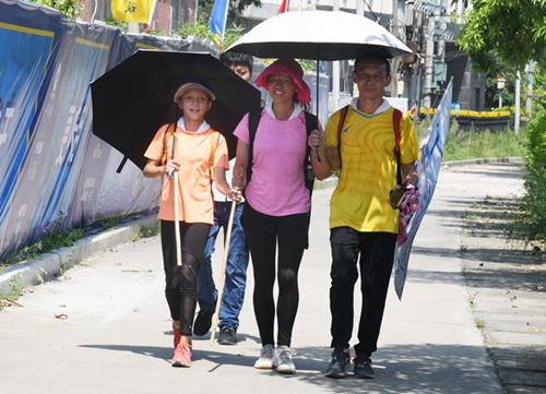 Em gái Lu Yue (trái), Lu Yue và cha Lu Qingfeng cùngthực hiện hành trình. Ảnh: Đại Học Sán Đầu.
