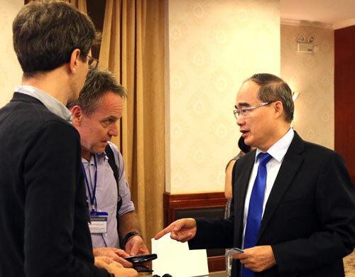 Ông Nguyễn Thiện Nhân trao đổi với các chuyên gia quy hoạch bên lề hội thảo. Ảnh: Mạnh Tùng.
