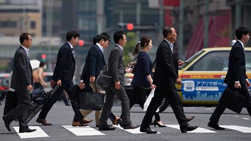 Các nhân viên đến công ty làm việcở Nhật Bản. Ảnh: Bloomberg