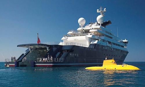 Siêu du thuyền Octopus và tàu ngầm vàng mà nó chứa trong khoang. Ảnh: Burgess