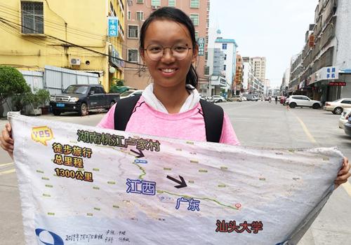 Lu Yue cầm bản đồ hành trình 1.300 km. Ảnh: Đại học Sán Đầu.