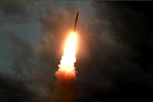 Một quả đạn pháo phản lực được Triều Tiên phóng thử hôm 31/7. Ảnh: KCNA.