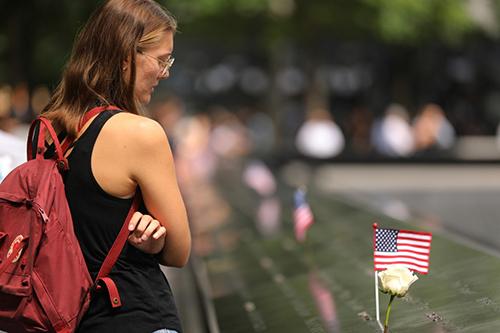 Một phụ nữ đứng bên đài tưởng niệm các nạn nhân của vụ khủng bố 11/9 tại New York, Mỹ, hôm 10/9. Ảnh: AFP