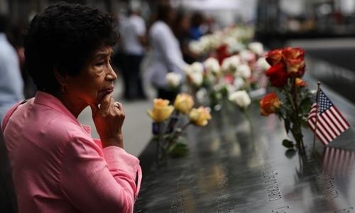 Người nhà nạn nhân tại Đài Tưởng niệm Quốc gia 11/9 tại New York. Ảnh: AFP.