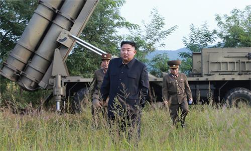 Lãnh đạo Kim Jong-un trong buổi phóng thử pháo phản lực siêu lớn của Triều Tiên ngày 10/9. Ảnh: KCNA.