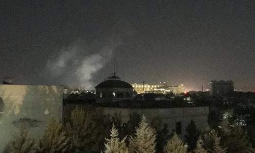 Cột khói bốc lên gần đại sứ quán Mỹ tại Kabul rạng sáng 11/9. Ảnh: AP.